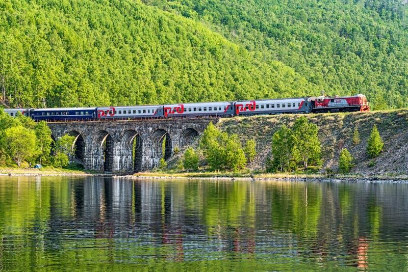 Turysty pociągu przejażdżki na Baikal kolei zdjęcia stock
