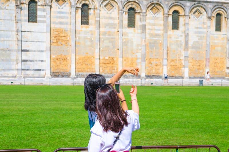 Turysty podróżnika azjatykci chińczyk, japońskie żeńskie kobiet dziewczyny pozuje, mieć zabawę, robi stereotypical fotografiom zdjęcie stock
