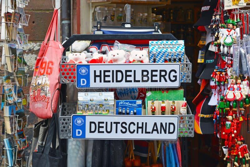 Turysty sklepowy budka z różnymi pamiątkami odnosić sie miasto Heidelberg w Niemcy z tablicą rejestracyjną, mokiet zabawki niedźw fotografia stock