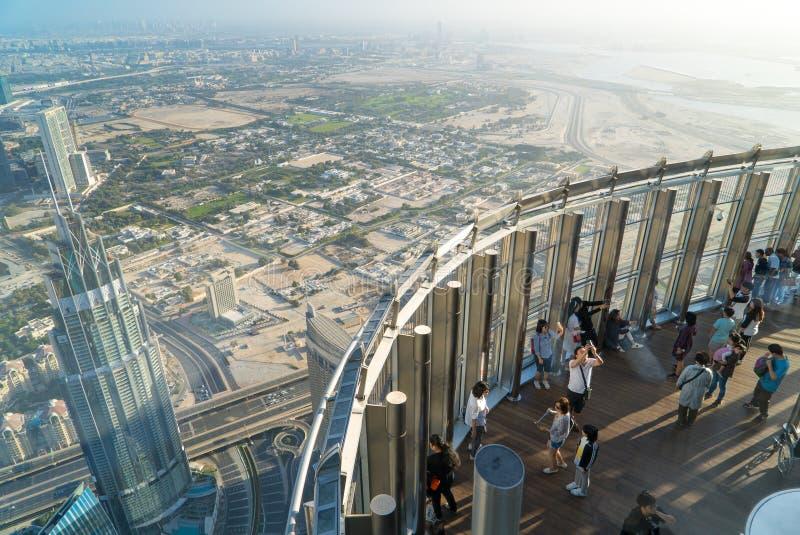 Turysty spotkania wschód słońca przy obserwacja pokładem na 125 podłoga Khalifa wierza obrazy royalty free