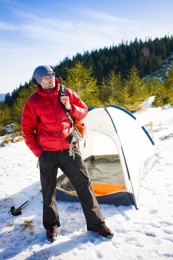Turysty stojaki blisko namiotu obrazy royalty free