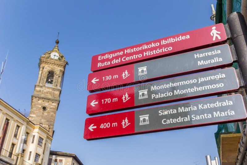 Turysty szyldowy i kościelny wierza w Vitoria Gasteiz fotografia royalty free