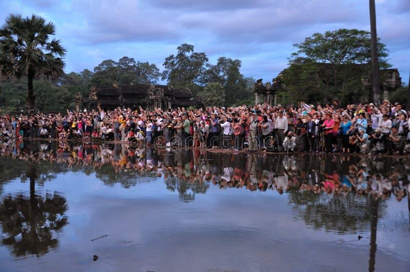 Download Turysty Zegarka Wschód Słońca Przy Angkor Wat Fotografia Editorial - Obraz złożonej z dziedzictwo, angkor: 28974027