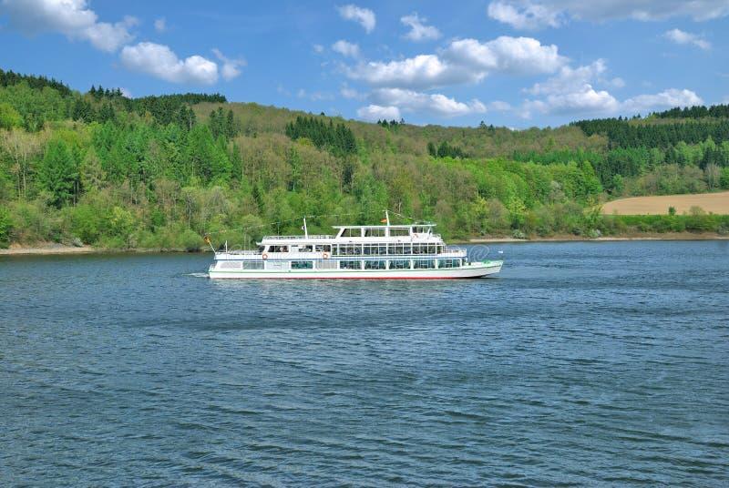 Turystyczna łódź, Biggesee rezerwuar, Sauerland, Niemcy fotografia stock