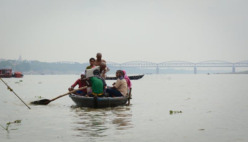 Turystyczna łódź na Ganges rzece w Varanasi, India obraz stock