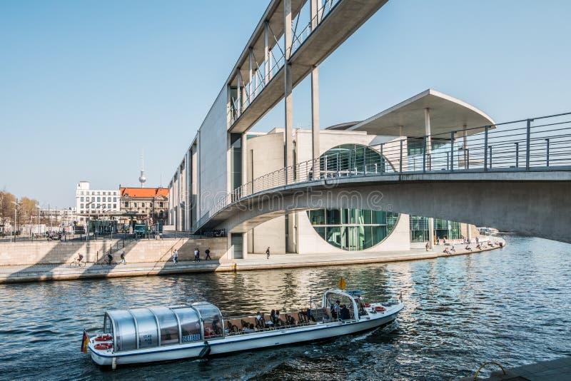 Turystyczna łódź na rzecznym bomblowaniu przy Paul Loebe Haus, rządowy distr obraz royalty free
