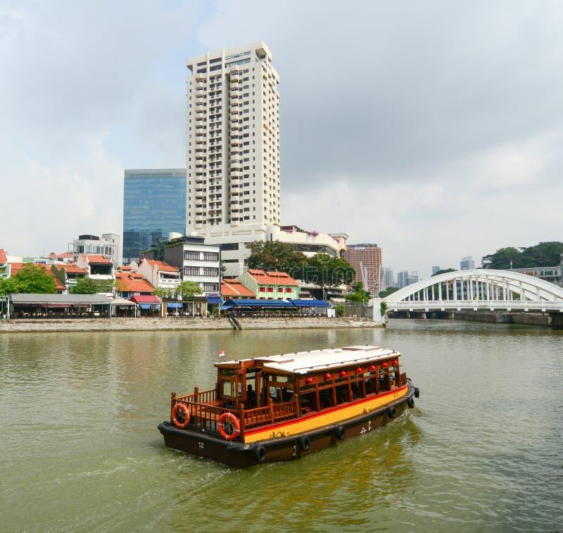 Download Turystyczna łódź Unosi Się Na Singapur Rzece Obraz Editorial - Obraz złożonej z kapitalizm, chmury: 57653400