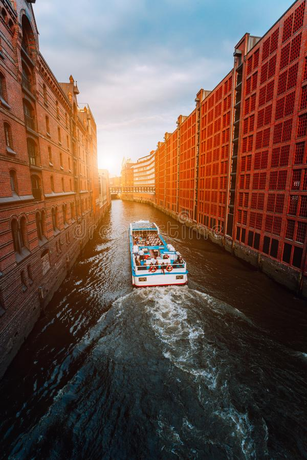 Turystyczna łódź w sławnym Speicherstadt magazynu okręgu z niskimi chmurami w Hamburg, Niemcy obrazy stock