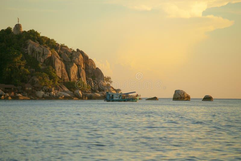 Turystyczna akwalungu pikowania łódź floaing nad prostym morzem koh Tao isla zdjęcie stock