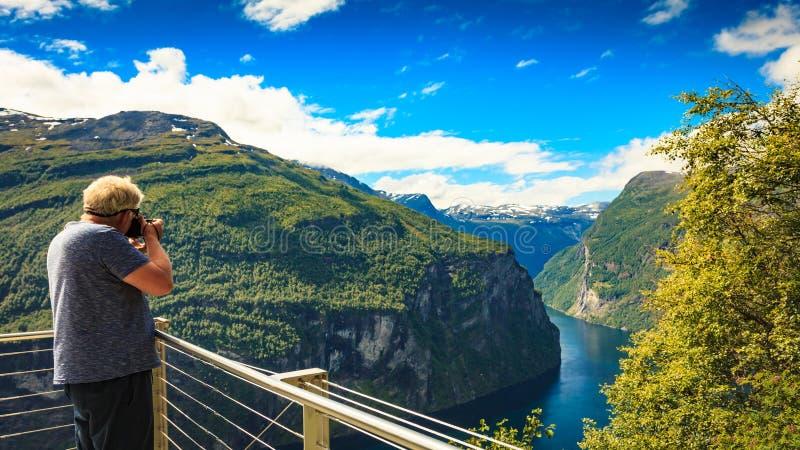 Turystyczna bierze fotografia fjord krajobraz, Norwegia obraz royalty free
