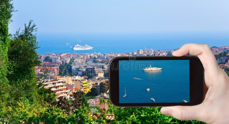 Turystyczna bierze fotografia statki blisko Cannes obraz stock