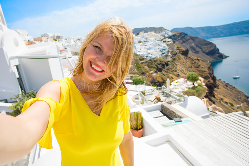 Turystyczna bierze selfie fotografia w Santorini wyspie, Grecja fotografia royalty free