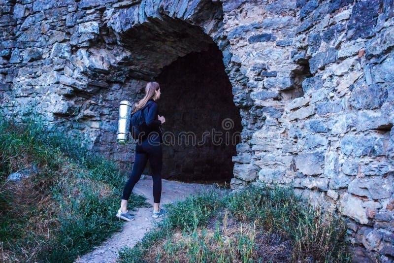 Turystyczna dziewczyna bada antyczne ruiny z plecakiem na ona ramiona obrazy stock