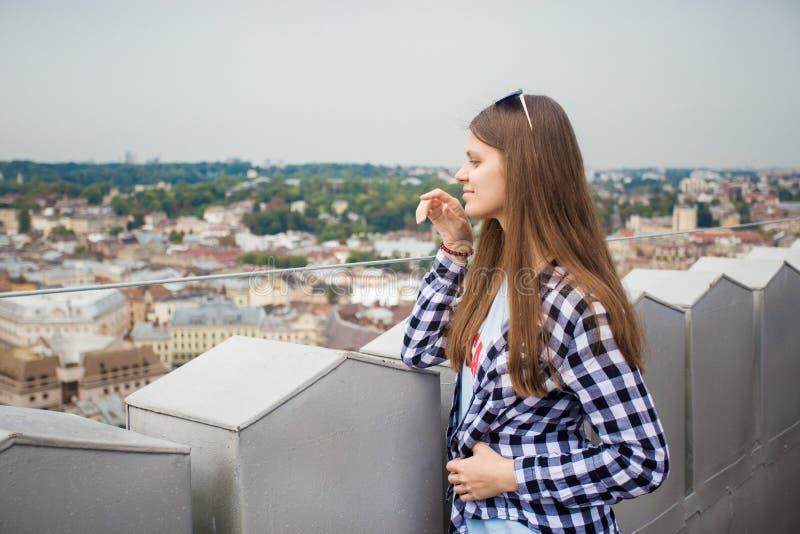 Turystyczna dziewczyna na górze europejskiego urzędu miasta zdjęcia stock