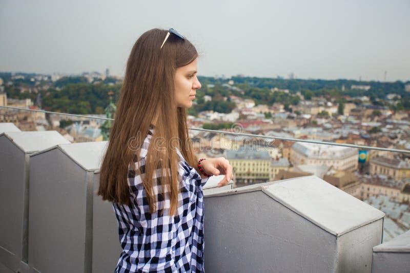 Turystyczna dziewczyna na górze europejskiego urzędu miasta obraz royalty free