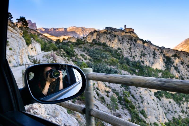 Turystyczna dziewczyna na wycieczce, fotografujący góra krajobraz i średniowiecznego kasztel zdjęcie royalty free