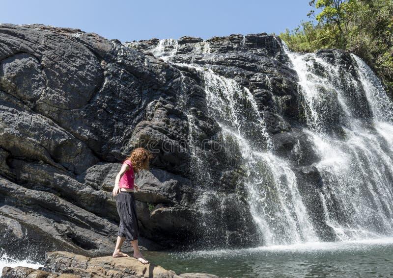 Turystyczna dziewczyna ostrożnie chodzi blisko piekarzów spadków fotografia stock