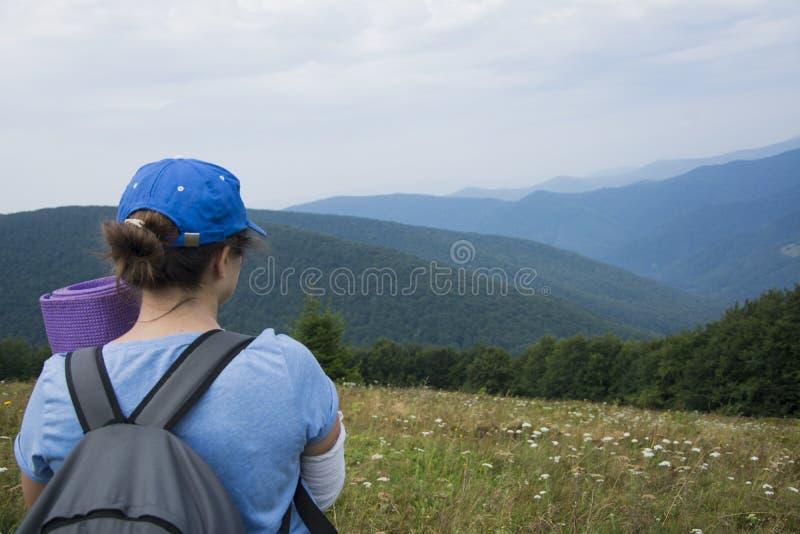 Turystyczna dziewczyna podziwia krajobraz Karpacki obrazy royalty free