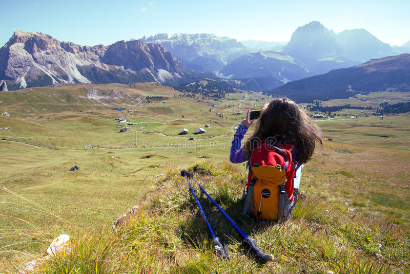 Turystyczna dziewczyna przy dolomitami obrazy stock