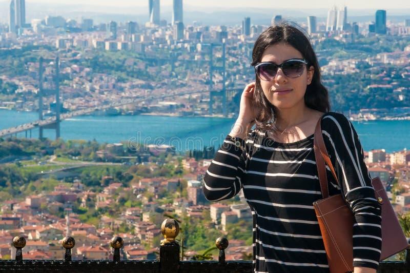 Turystyczna dziewczyna przy Istanbuł Bosphorus zdjęcia stock