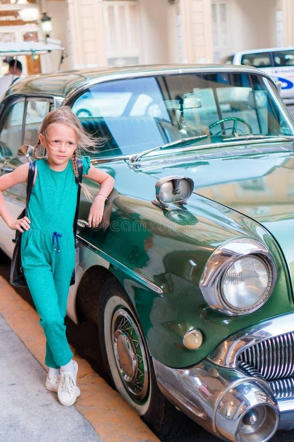 Turystyczna dziewczyna w popularnym terenie w Hawańskim, Kuba Dzieciaka podróżnika ono uśmiecha się obrazy royalty free
