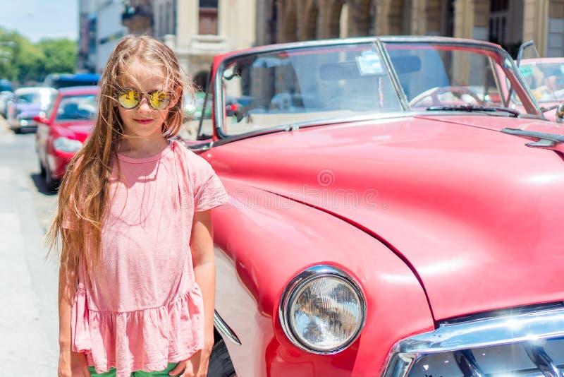 Turystyczna dziewczyna w popularnym terenie w Hawańskim, Kuba Dzieciaka podróżnika ono uśmiecha się zdjęcie royalty free