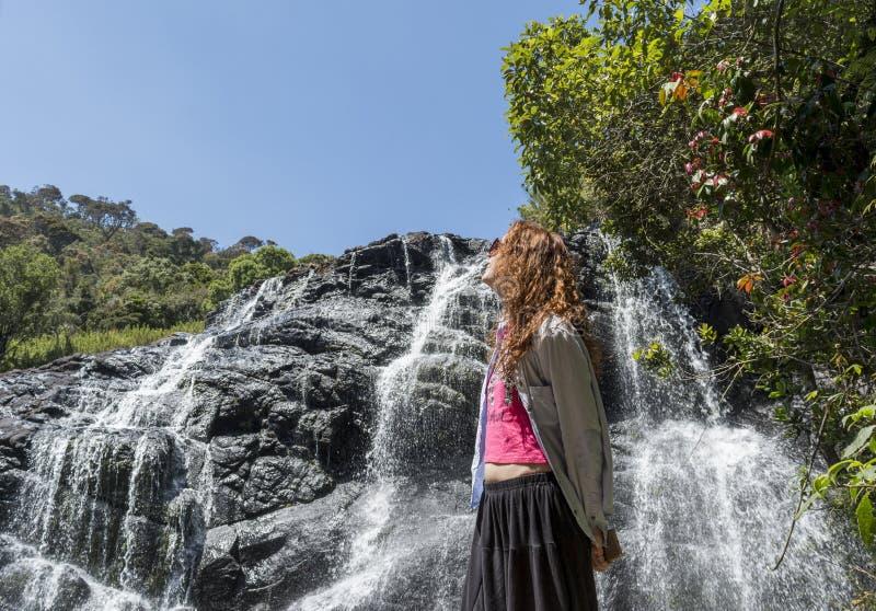 Turystyczna dziewczyny pozycja blisko pięknej siklawy zdjęcia royalty free