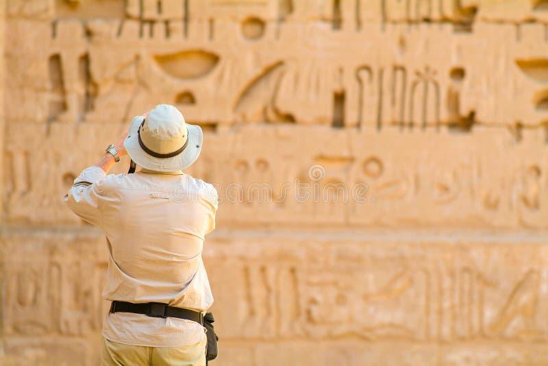 Turystyczna fotografuje Habu świątynia Egipt fotografia stock