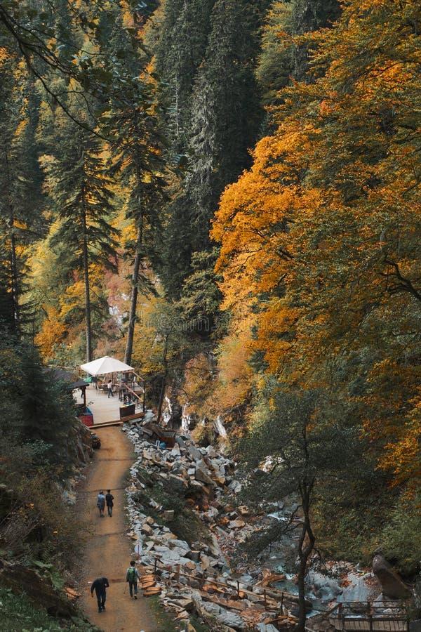 Turystyczna kawiarnia w pięknym miejscu w jesieni lasowym pobliskim halnym fiver Sezonu jesiennego lanscape obrazy royalty free