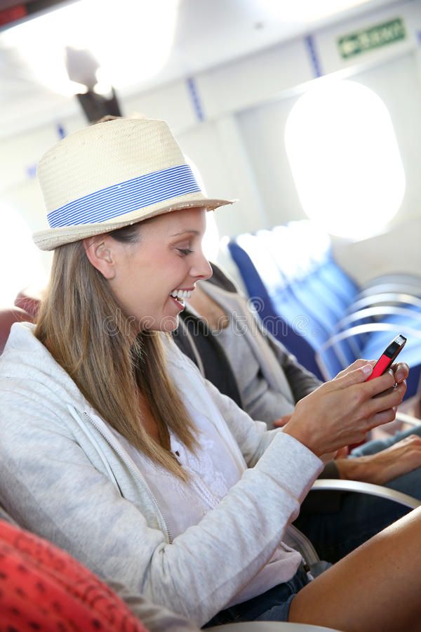 Turystyczna kobieta łącząca na internecie w promu zdjęcie royalty free