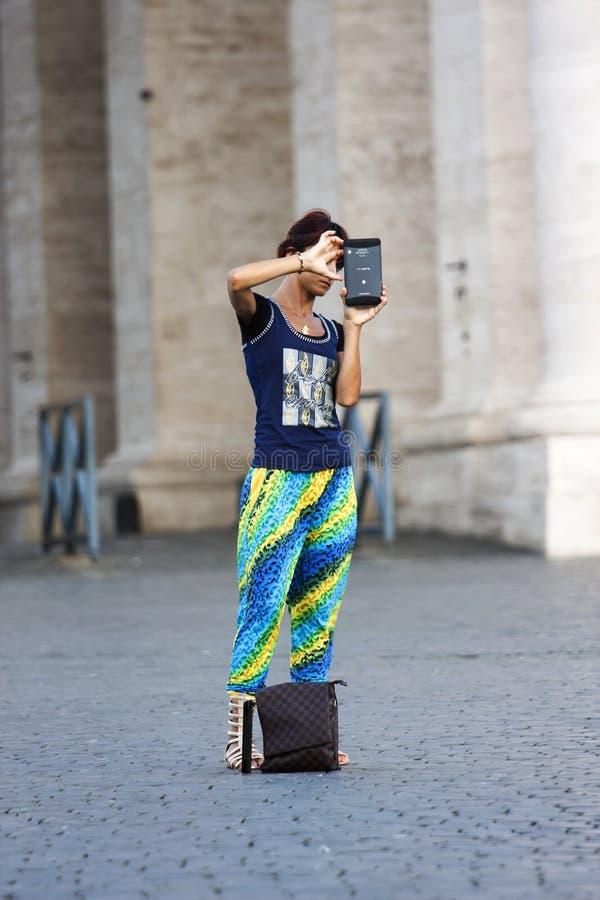 Turystyczna kobieta bierze fotografię zdjęcie stock
