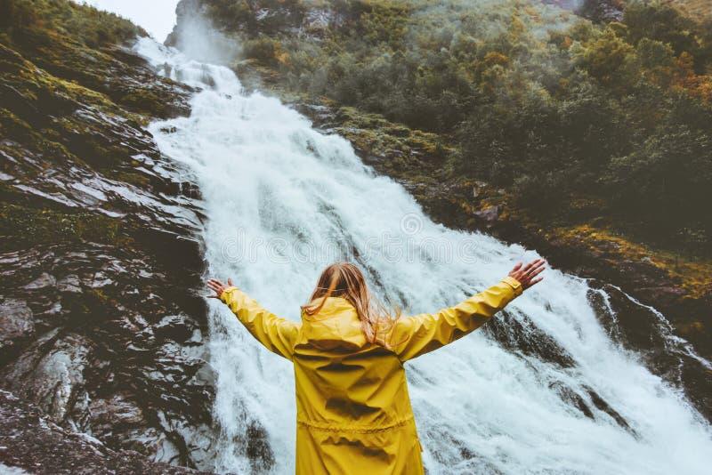 Turystyczna kobieta cieszy się siklaw emocjonalne nastroszone ręki obrazy royalty free
