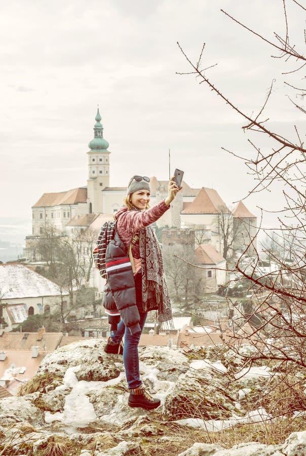 Turystyczna kobieta fotografuje z Mikulov kasztelem zdjęcie stock