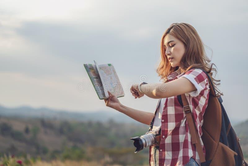 Turystyczna kobieta patrzeje lokacji mapę i wristwatch obraz stock