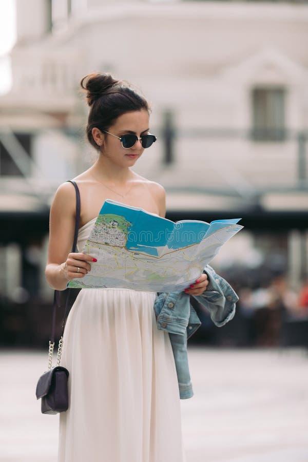 Turystyczna kobieta patrzeje mapę na ulicie fotografia stock