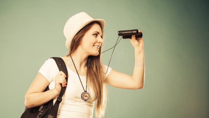 Turystyczna kobieta patrzeje przez lornetek obrazy royalty free