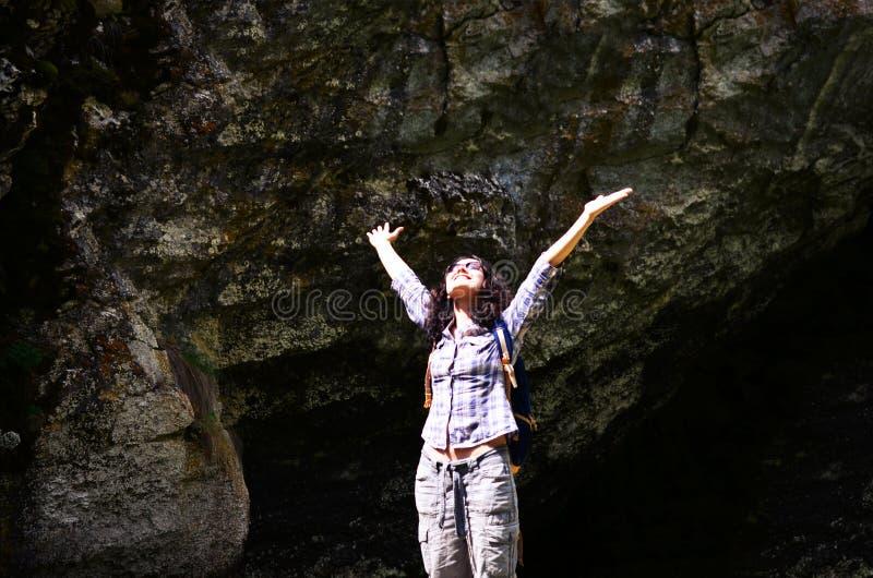 Turystyczna kobieta podnosi jej ręki w górę i cieszy się słonecznego dzień zdjęcia stock