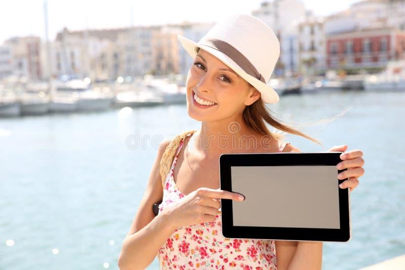 Turystyczna kobieta pokazuje pastylka ekran zdjęcie stock