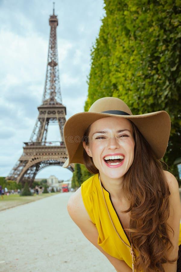 Turystyczna kobieta przeciw jasnemu widokowi wieża eifla zdjęcie royalty free