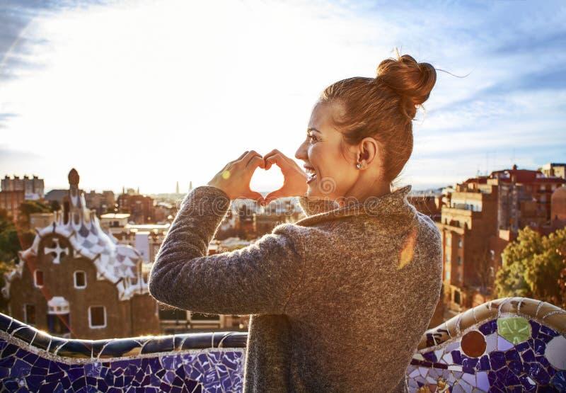 Turystyczna kobieta w Barcelona, Hiszpania pokazuje serce kształtować ręki zdjęcie royalty free