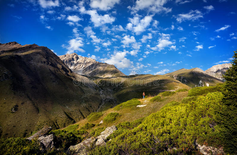Turystyczna kobieta w górach zdjęcie royalty free