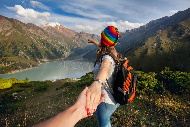 Turystyczna kobieta w tęcza kapeluszu przy górami zdjęcia stock