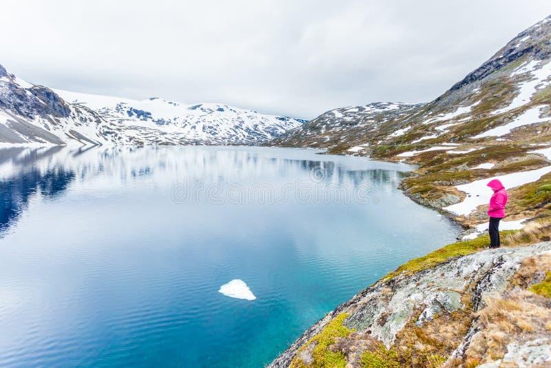 Turystyczna kobiety pozycja Djupvatnet jeziorem, Norwegia obraz stock