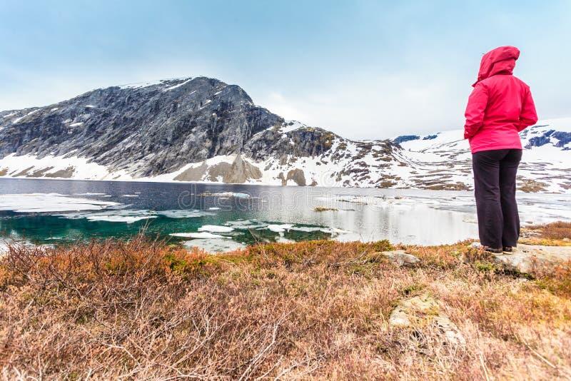 Turystyczna kobiety pozycja Djupvatnet jeziorem, Norwegia zdjęcia royalty free