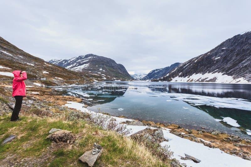 Turystyczna kobiety pozycja Djupvatnet jeziorem, Norwegia obrazy stock