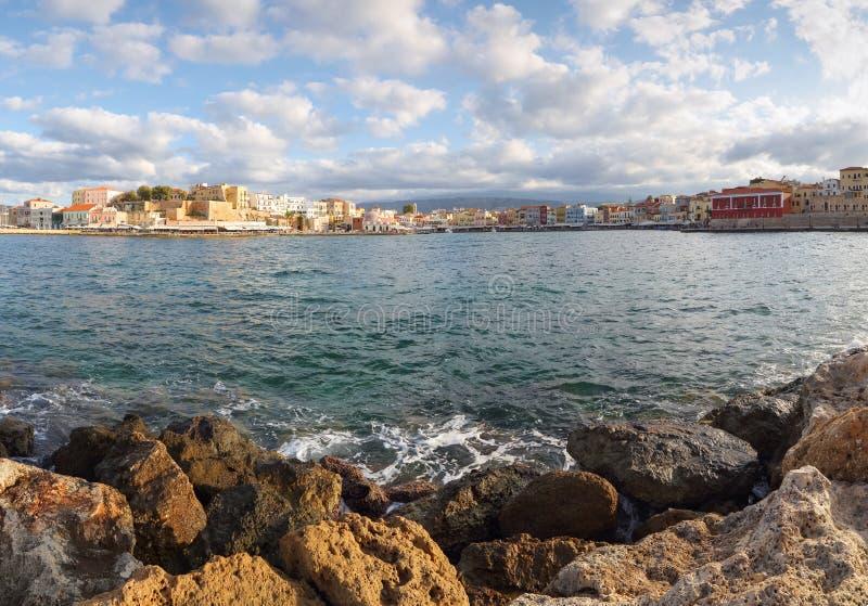 Turystyczna lokacja Chania, Crete wyspa, Grecja Od skalistego brzeg otwiera krajobraz na biednym mieście nabrzeże morze obrazy royalty free