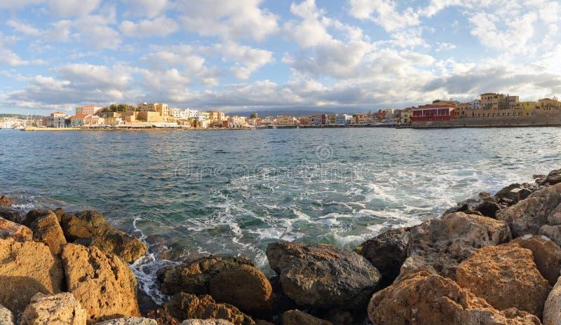Turystyczna lokacja Chania, Crete wyspa, Grecja Od skalistego brzeg otwiera krajobraz na biednym mieście nabrzeże obrazy stock