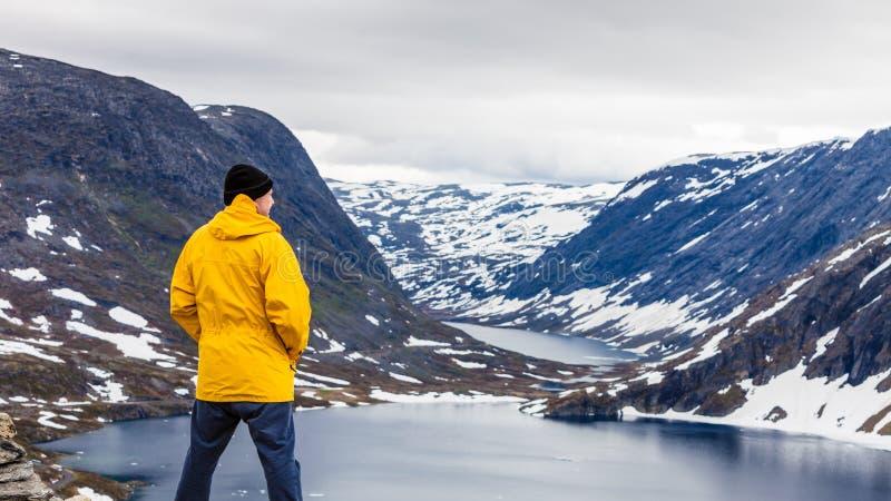 Turystyczna mężczyzna pozycja Djupvatnet jeziorem, Norwegia zdjęcie royalty free