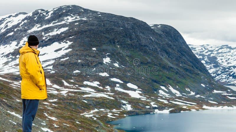 Turystyczna mężczyzna pozycja Djupvatnet jeziorem, Norwegia obrazy royalty free