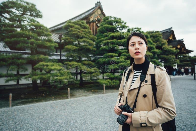 Turystyczna mienie kamera szuka zadziwiających widoki fotografia royalty free